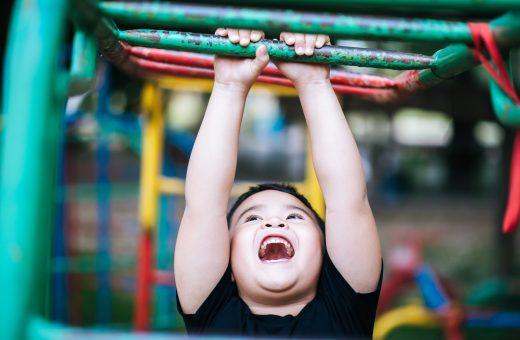 Menino no Playground